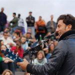 Ein Straßenmusiker in Paris