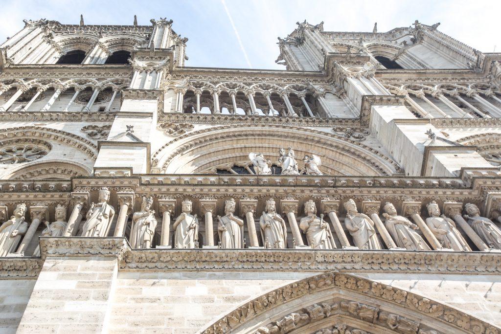 Notre Dame Paris Fassade und Figuren
